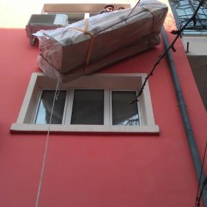 Качване на обемни мебели през прозорец.